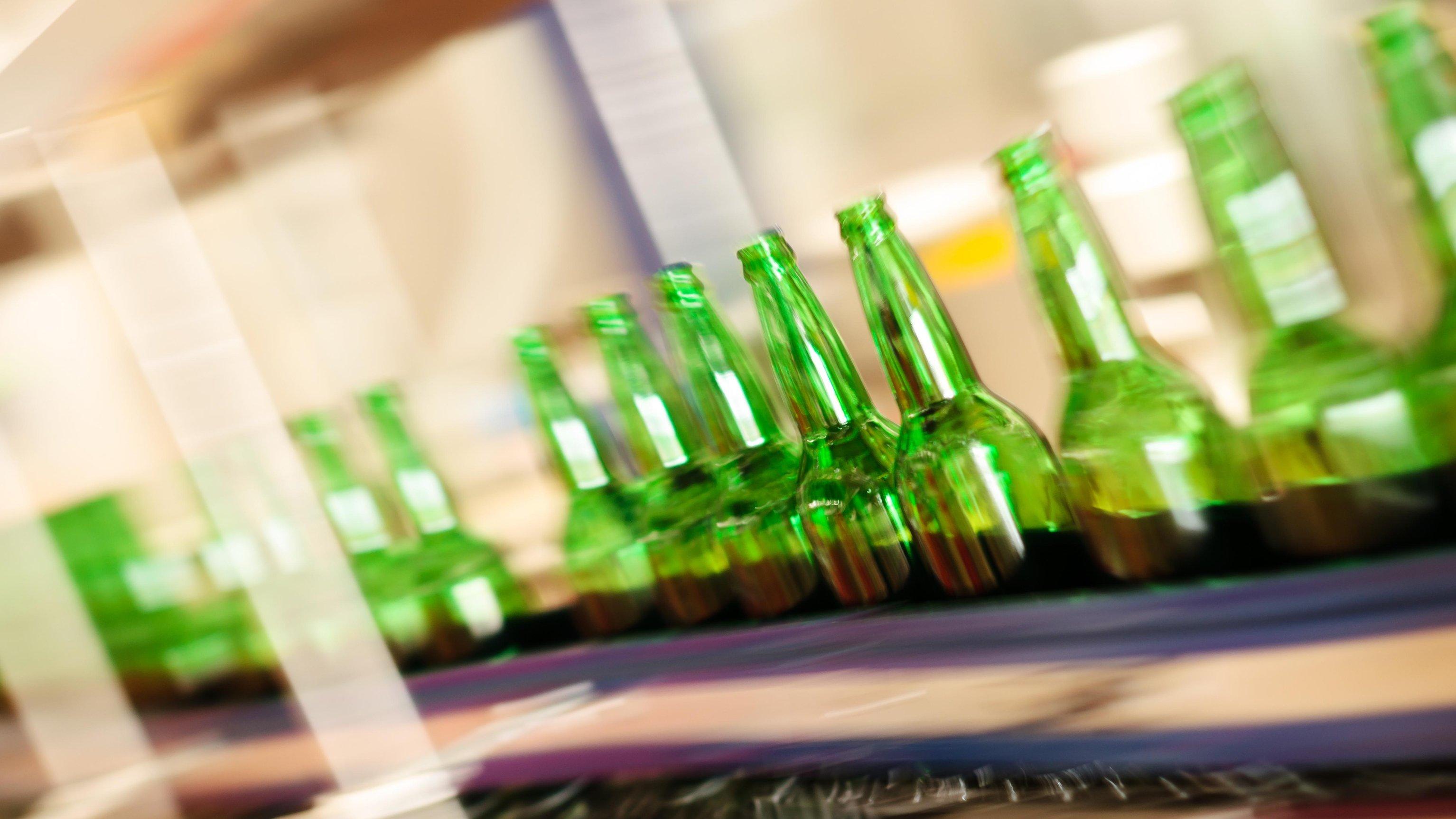 Stockfoto: Calvatis Flaschenreinigung - @ istock.com / RendyA